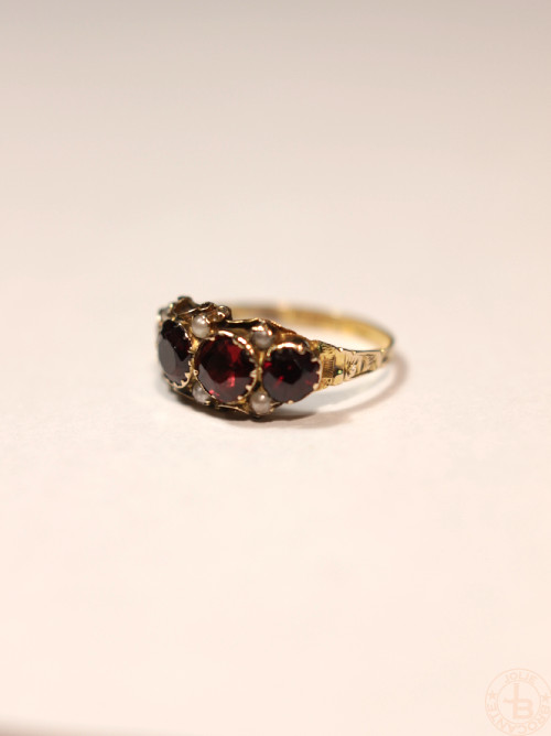 Antique 9ct gold garnet perl ring
