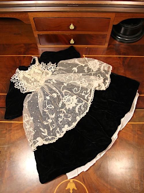 アンティーク素材を使った手作りドールドレス 黒ベルベット 着丈35cm